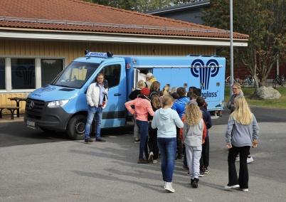 Efter invigningen styrde glassbilen in på skolgården, med den välbekanta signaturmelodin, och det blev glassutdelning till alla barnen.