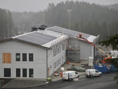17 januari 2020 - Nya tullstationen vid gränsen försågs med solpaneler, för att kunna ta tillvara solens energi.