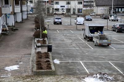 13 mars 2020 - Kommunen beskar häckarna på torget.