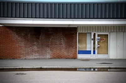 18 mars 2020 - Olav Thongruppens misskötta fastighet vid torget i Töcksfors skadade intrycket av Töcksfors centrum.