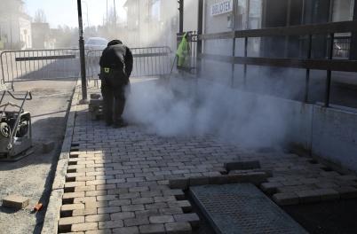 26 mars 2020 - Det var ett pyssel att återställa trottoarerna efter lednings-arbetet hösten 2019.