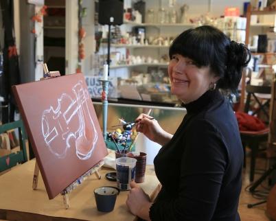 1 april 2020 - Mathilda stod för det kreativa i Konst & Musikboden.