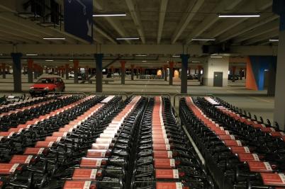 2 april 2020 - Nere i P-huset stod kund-vagnarna parkerade.