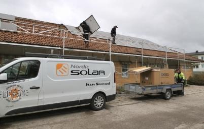 28 april 2020 - Taket på vårdcentralen försågs med solceller.