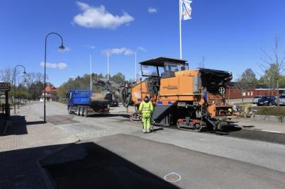 11 maj 2020 - Gammal asfalt frästes bort på Sveavägen . . .
