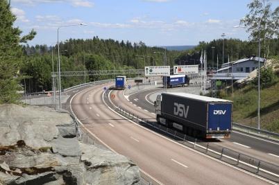 23 juni 20210 - Trafiken till nya tullstationen var snabbt igång . .