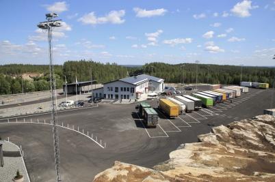 23 juni 2020 - . . . och lastbilarna radade upp sig på nya parkeringen.