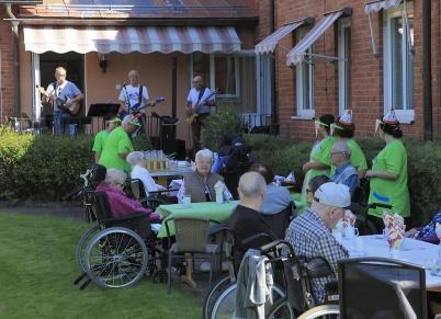 13 augusti 2020 - På Solgården ordnade man coronasäker kräftskiva utomhus med musikunderhållning.