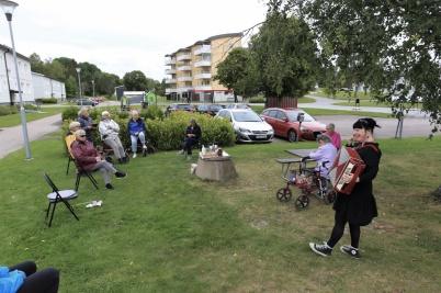26 augusti 2020 - Svenska kyrkan ordnade coronasäker kaffeservering utomhus, ibland med underhållning.