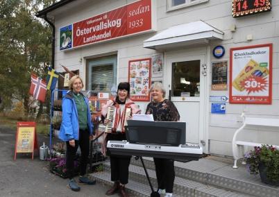 30 september 2020 - Gårdsmusikanter från Svenska kyrkan spelade på olika platser i Östervallskog.