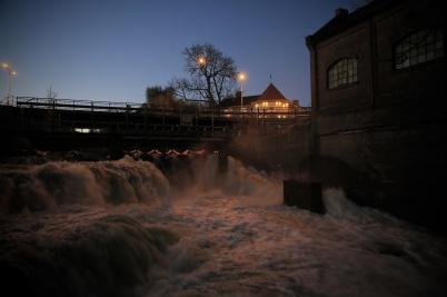 13 oktober 2020 - Det var mycket vatten i forsarna i Töcksfors, och den gamla kraftstationen vid övre forsen fortsatte att leverera elektrisitet.