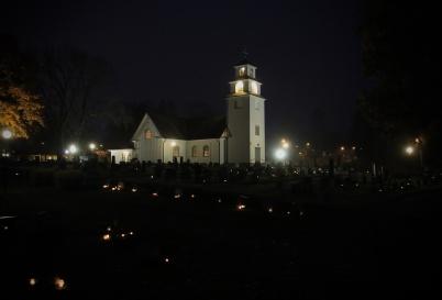 30 oktober 2020 - Den traditionella ljuständningen i Töcksmarks kyrka blev annorlunda i år p g a coronasmittan, endast personer i sorgehus bjöds in till minnesstund. Men på kyrkogården lyste många ljus enligt traditionen.