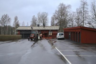 18 november 2020 - Vid Töcksmarks kyrka renoverades taken på kyrks-stallarna och vaktmästarhuset.