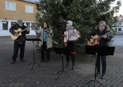 27 november 2020 - I samband med tändningen av Julgranen spelade en Jamgrupp från Konst och Musikboden, kanske starten på en tradition.