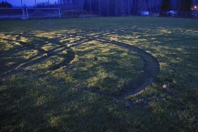 5 december 2020 - . . . på Hagavallen skadades träningsplanen av fordon som slirade runt . . .
