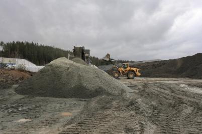 10 december 2020 - Vid bygget av nya industrivägen krossades stora mängder sprängsten till finare material.