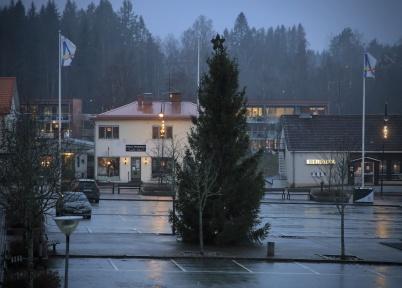 20 december 2020 - Julgranens lampor ville inte lysa i det blöta vädret.