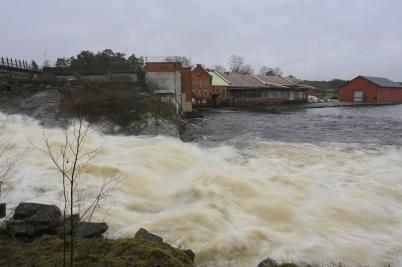 22 december 2020 - I Lennartsfors tappade man vatten i forsen, vid sidan av kraftstationen.
