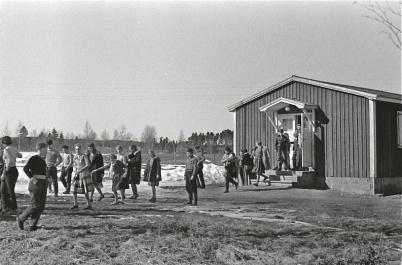 Under 1950-talet användes Hemvärnsgården som skolbespisning, foto Årjängs kommuns bildbank.
