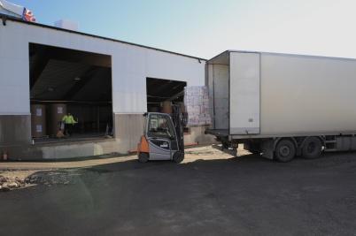 12 oktober 2020 - Arbetet med utbyggnaden av norbag fortskrider, samtidigt som produktionen pågår inne i fabriken. Långtradare lastas med färdiga papperskassar för leverans till de stora butikskedjorna i landet.