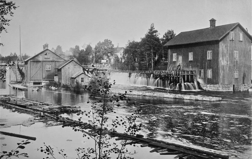 Kvarnen vid övre forsen i Töcksfors. Bilden är tagen 1915, foto Axel Gunnar Ödvall.