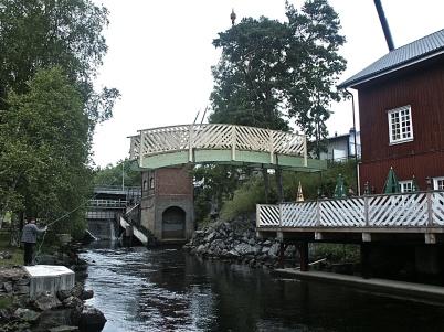 9 juli 2004 - Gångbron över vattnet anländer, foto Bengt Erlandsson.