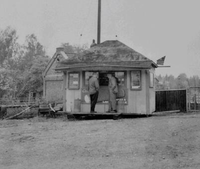 John Sanamons första kiosk flyttades över vägen till kraftstationen, för att ge plats för den nya större kiosken vid Handelsbolaget. Foto okänd.