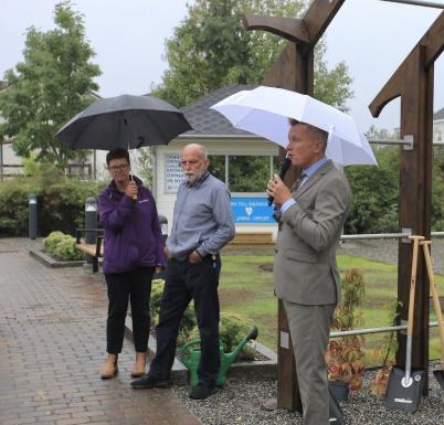 9 september 2020 - Daniel Schützer (S), kommunstyrelsens ordförande, invigningstalade och förklarade nya Kioskparken i Töcksfors centrum för invigd.
