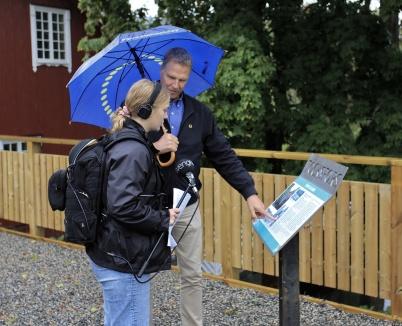 9 september 2020 - Massmedia visade intresse för nya Kioskparken. Samhällsbyggnadschefen Peter Månsson guidade SR P4 Värmlands reporter.