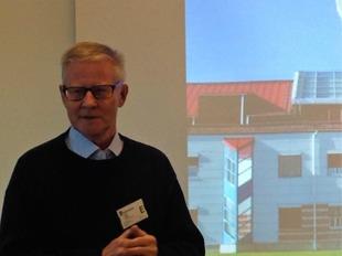 Förre IT-chefen Bengt Wiklund i berättartagen framför en bild av Tulldatacentralen i Luleå