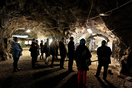 Ett 20-tal industrihistoriskt intresserade besökte provgruvan i Sickla med 3 km gångar under jord den 17 november.    Foto:  Lars Höglund