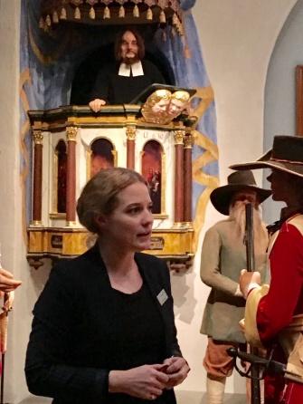Vår guide Ann Tillman berättade livfullt och initierat om den svenska stormaktstiden. Här i sällskap med indelta soldater och högre upp socknens präst.