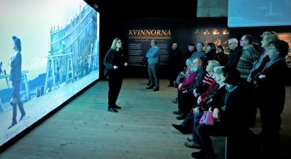 Vår guide Charlotte Lendi-Ziese berättade att kvinnorna hade mer makt och inflytande i 1600-talets Sverige än vad den traditionella historieskrivningen säger. Foto: Lars Höglund.