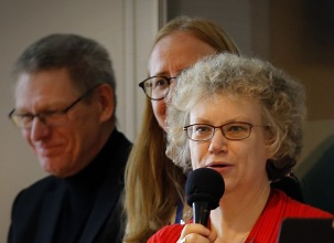 Presentatörer denna kväll var styrelsemedlemmarna Petra Jofur, med mikrofonen, Helena Ekorre Landgren och Inge Lindunger. De hade också gjort urvalet. Foto Lars Höglund