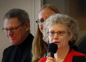 Presentatörer denna kväll var styrelsemedlemmarna Petra Johfur, med mikrofonen, Helena Ekorre Landgren och Inge Lindunger. De hade också gjort urvalet. Foto Lars Höglund