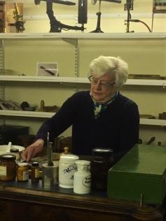 F.d. apotekaren Ingegerd Agenäs, som är guid på museet, visade hur man trillar piller.