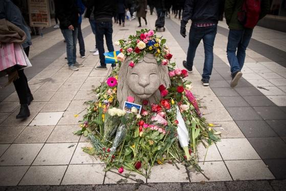 Cementsugga. Ett stenlejon. Bekransad anrättning på Drottninggatan som förhindrade att många fler dog i attentatet förra fredagen, vid terrorangreppet i Stockholm.