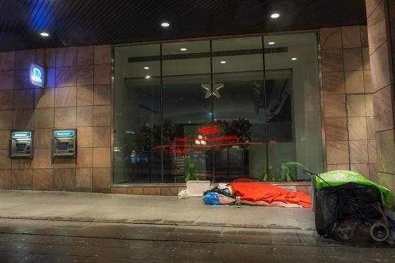 Fattiga utanför Nordeas huvudkontor i Stockholm
