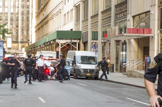 En civil polisman attackerad på West 32 street, Manhattan, New York. Klicka på bilden