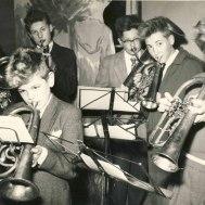 Gunnebos  Ungdomsorkester 1957  Åke Nimhed,basun , Sven Inge Lind, trumpet , Anders Ålstam, horn , Fred Nimhed, bas , Bengt-Arne Jonsson, esskornett , Björn Fransén, b-kornett