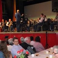 Dirigent och musikkår i full aktion