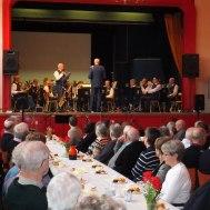 Ola Ålstam presenterar dagens program musikkår och solist.