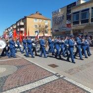Musikanter och demostranter på marsch mot stadsparken