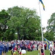 Svenska flaggan hissas till Svensk Paradmarsch.