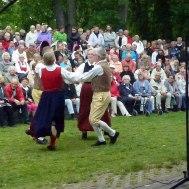 Folkdanslaget och Tjust Spelmanslag spelar upp till dans.