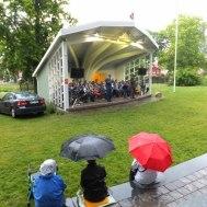 """""""Och regnet bara öser ned""""   Gunnar Andersson och Arne Meijer tackar publiken för att de troget satt kvar och lyssnande i regnet."""