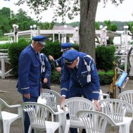 Göthe Medner och Gunnar Andersson ställer iordning stolarna till dagens konsert på Gränsö.