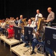Trumpeter , tubor och slagverk övar före konserten