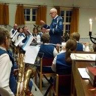 Gunnar Andersson dirigerar musikkåren som spelade för 37:e året på Frälsis julmässa.