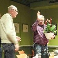 Ola får också en blomma för gott arbete av Lars Axmon och Gunnar Andersson och musikanterna.